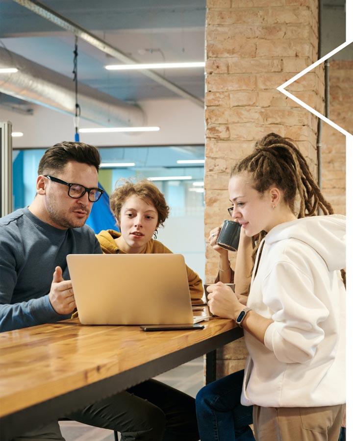 pessoas conversando em frente a computador